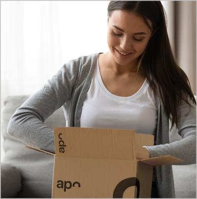 Paketbote übergibt Kundin mehrere Päckchen von versandapo.de