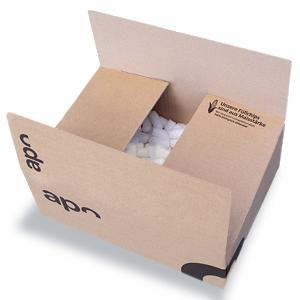 Ein Karton von versandapo.de, welcher mit Maischips als Verpackungsmaterial gefüllt ist